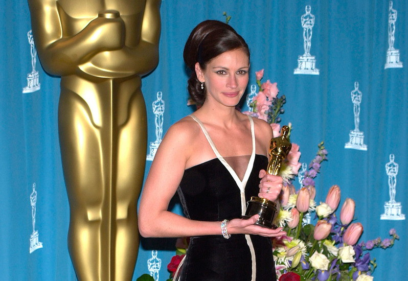 Best Actress JULIA ROBERTS at the 73rd Annual Academy Awards in Los Angeles. 25MAR2001.   Paul Smith/Featureflash