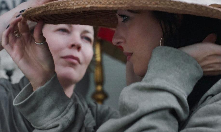 THE LOST DAUGHTER (L to R): OLIVIA COLMAN as LEDA, DAKOTA JOHNSON as NINA. CR: YANNIS DRAKOULIDIS/NETFLIX © 2021.