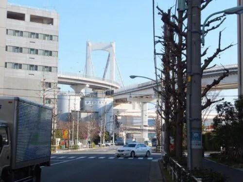 田町方面からレインボーブリッジを眺める