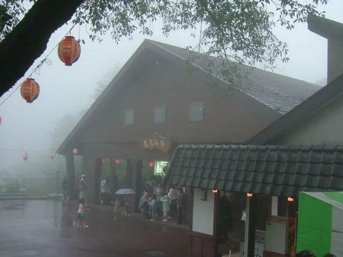 小雨と霧に煙る駅舎