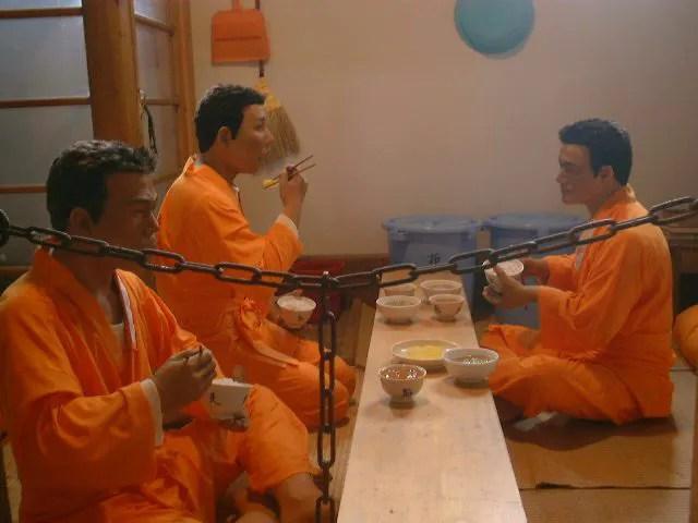 囚人が食事中