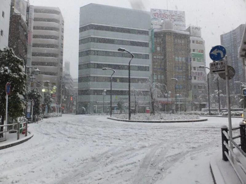 雪の高円寺駅
