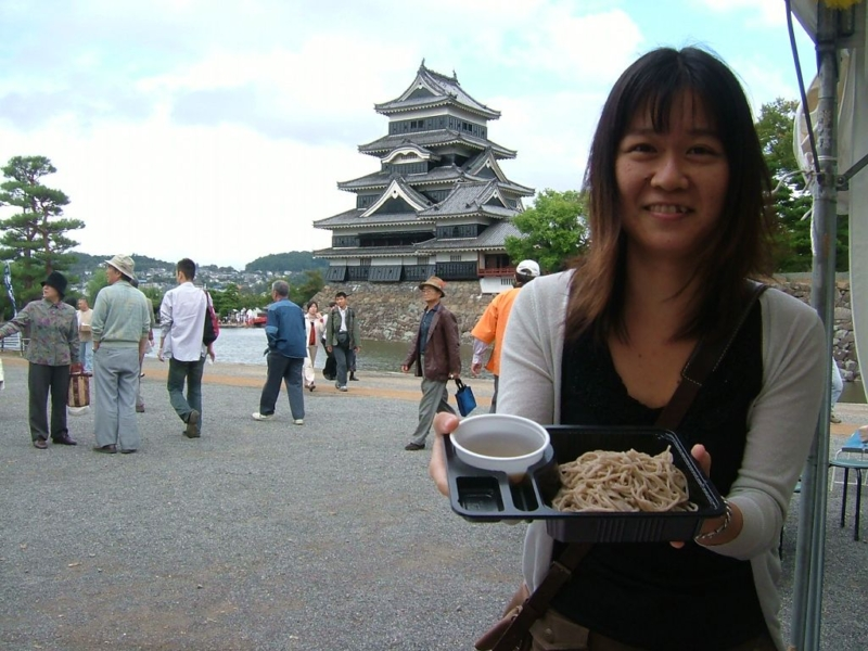 国宝松本城をバックに蕎麦