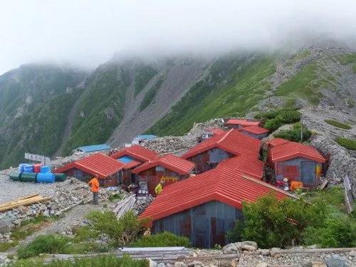 たくさんの小屋によって形成されている農鳥小屋