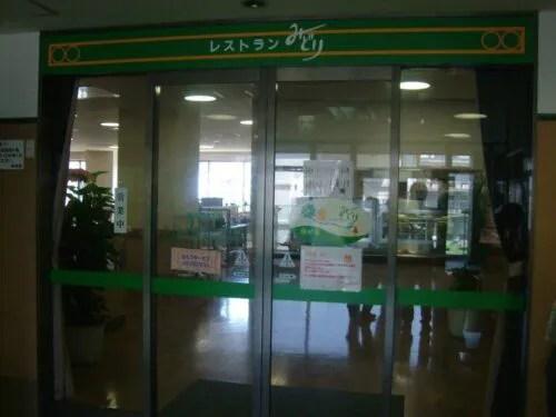 なんだかここが病院の入口、みたいな大きな自動ドアの入口