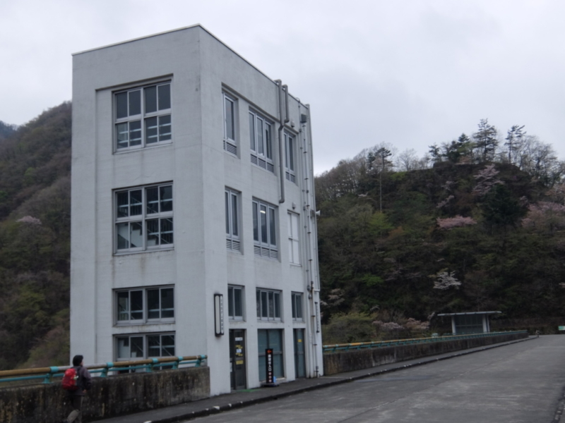 ダムの上の建物