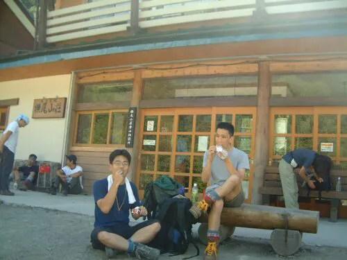 横尾山荘の前で栄養補給