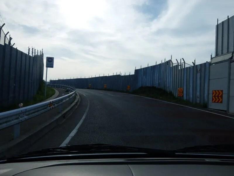 塀に囲まれた道路