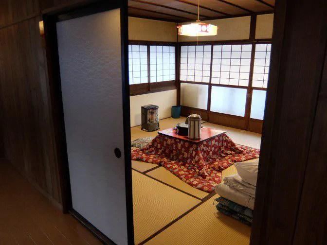 部屋の外から室内を覗き込む