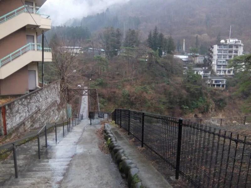 橋に通じる道