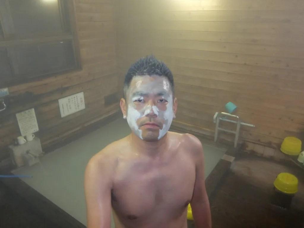 泥を顔に塗る