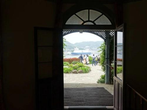 出入り口から長崎湾
