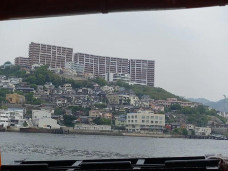 丘の上のマンションと、丘の下の民家