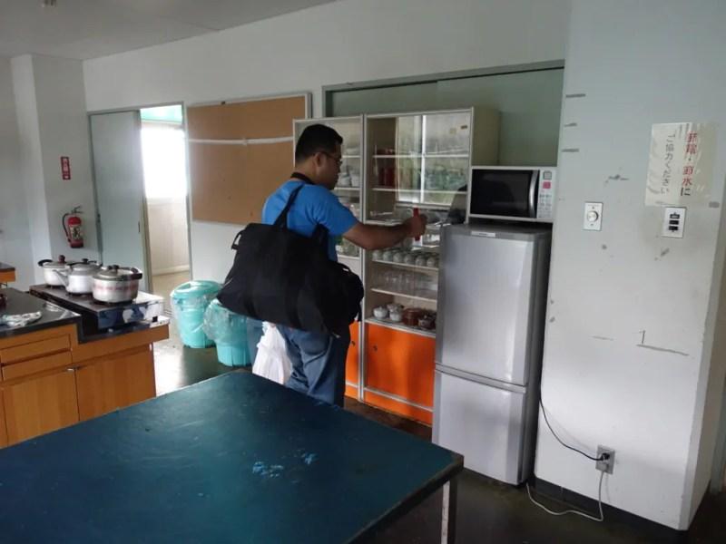 冷蔵庫に食材を入れる