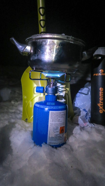 Old gas-cooker, pot, Thermos with water, shovel... all you need for a proper kitchen.