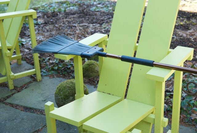 Simple outdoor broom by casabella
