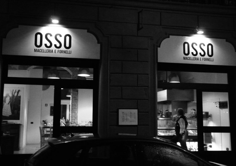 Фирстиль мясной лавки Оссо в Милане.