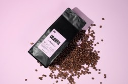 Современная айдентика сети кофеен Habit с харизматичной акцидентной типографикой, мягкой палитрой цветов и лаконичной вёрсткой