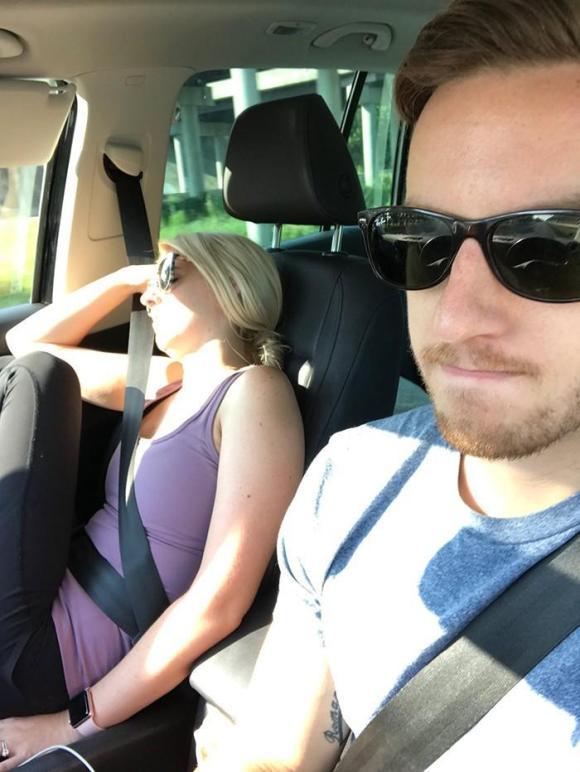 esposa dorme na viagem