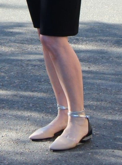 Jennifer Connolly of A Well Styled Life demonstrating how a nude shoe lengthens the look of short legs