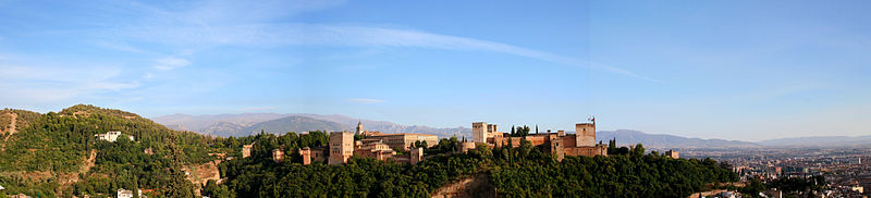 Wikimedia Commons (Er Komandante) 800px-Panorámica_Alhambra_y_Sierra_Nevada_de_fondo