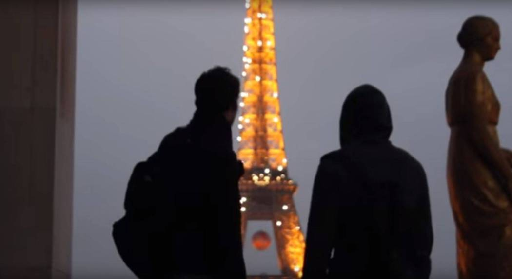 Climbing Eiffel Tower - Screencap 2