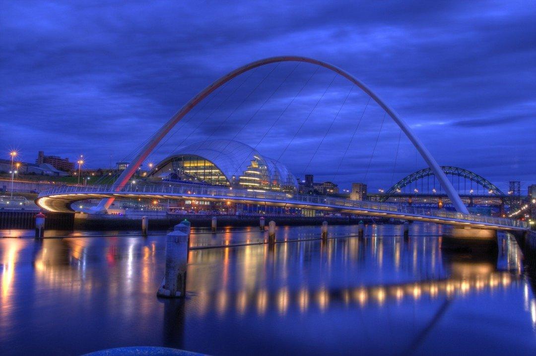 Gateshead Millennium Bridge tilts