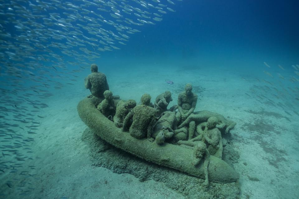 Sculptor Creates Unique Underwater Sculptural Museums To Create Environmental Awareness 10