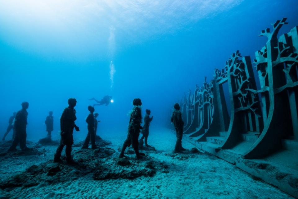 Sculptor Creates Unique Underwater Sculptural Museums To Create Environmental Awareness 8