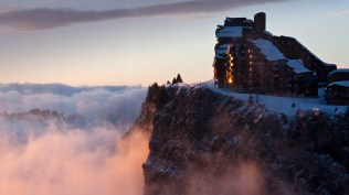 2013-12-26_FR-FR8825838579_Station-de-ski-dAvoriaz-au-coucher-du-soleil-Haute-Savoie-RhC3B4ne-Alpes