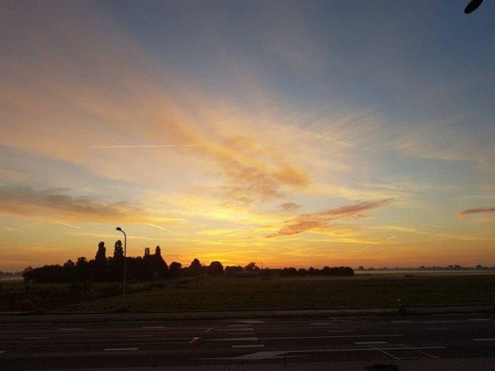 Ook ikzelf maakte een foto van de zonsopkomst gistermorgen. Deze foto werd een tiental minuten voordat de zon opkwam gemaakt.