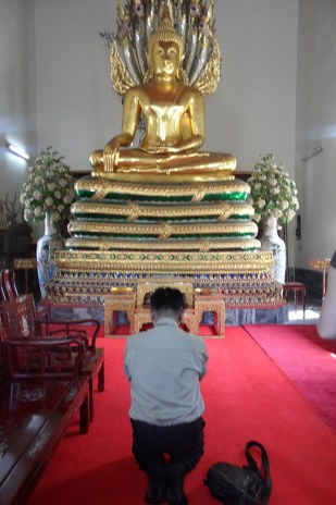 Sarunsiri believes that Emerald Buddha helped him to get his license to be a tour guide, so he pays respect to Buddha in every temple he visits.