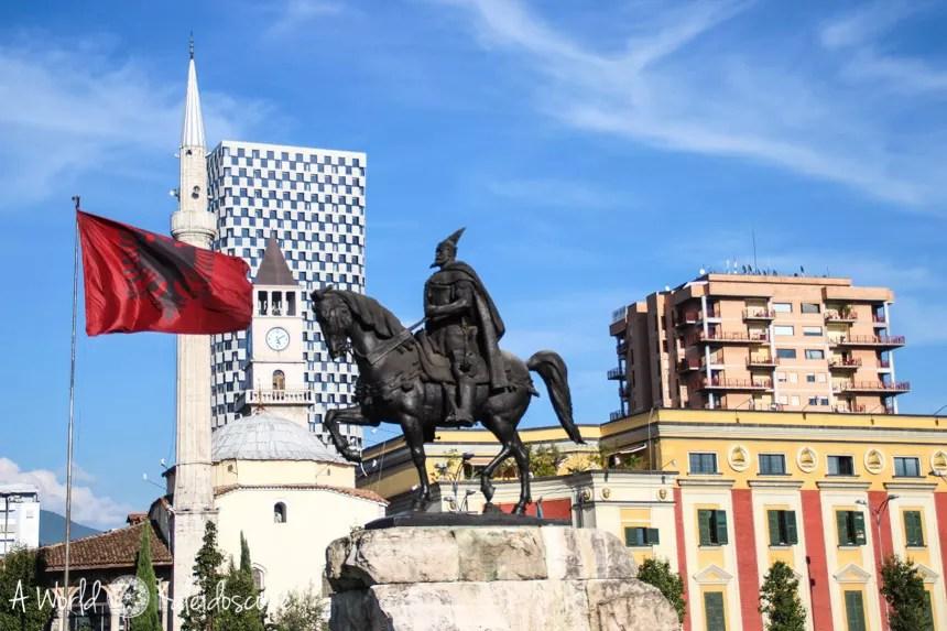 Architektonischer Mischmasch auf dem Skanderbeg Platz, Tirana, Albanien