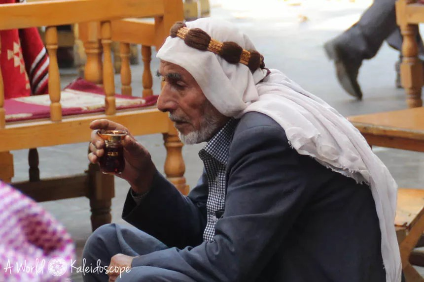 bazaar-man-headscarf-tea-urfa