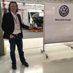 AWR Chefredakteur Bernd Schweickard am Montageband des VW Crafter Werks in Wrzesnia