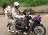 Met zn 4en op de scooter