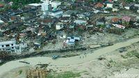 Melihat dari Udara Rumah yang Porak-poranda Disapu Tsunami