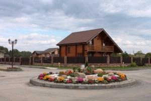 Каждый дом построен и оформлен  по индивидуальному проекту в зависимости от пожеланий каждого жильца. Единым остаются только забор и черепица.