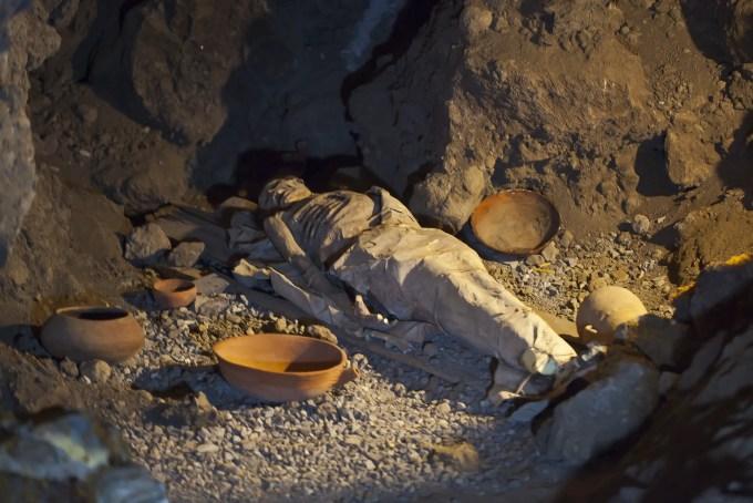 Replica_de_momia_guanche_en_la_gruta_del_Parque_del_Drago,_Icod_de_los_Vinos,_Tenerife,_España,_2012-12-13,_DD_01