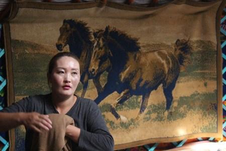 Donna mongola nella sua gher.