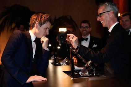 Eddie Redmayne inspecting his Oscar plaque