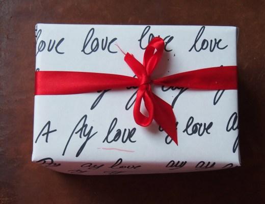 Weihnachtsgeschenk mit Ay love -Papier