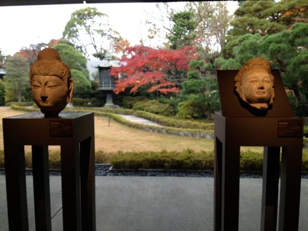 ぱらぱら、雨が濡らす日本庭園。