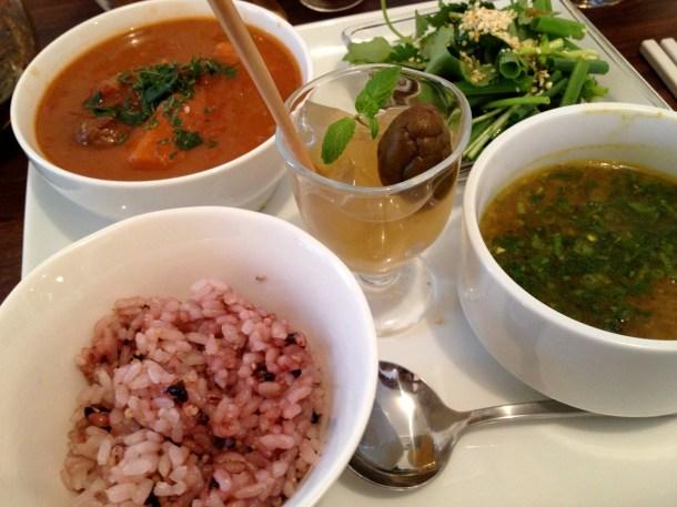 日替わりランチ。スープに乗っていたのは黒文字のフレッシュリーフ