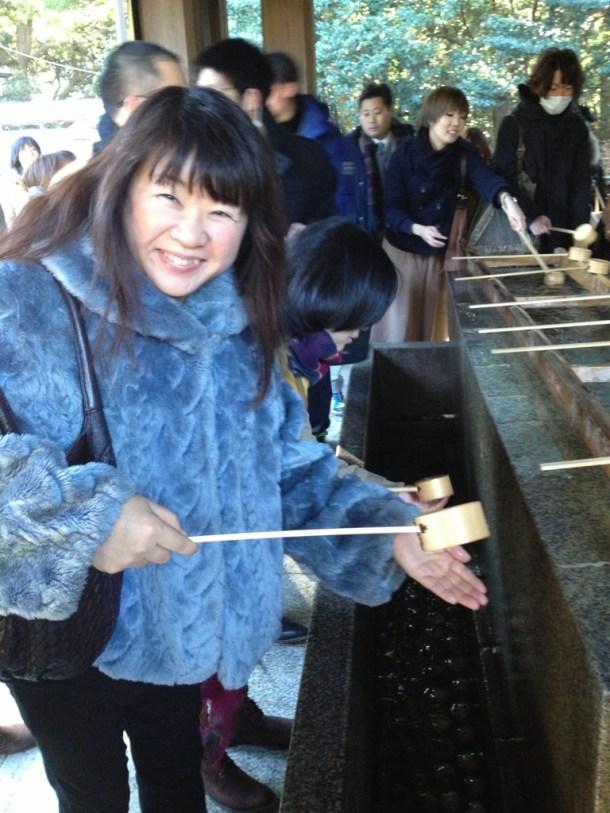手水舎でのお清め、去年絢子に教わったからできる!と、桂子先生^^