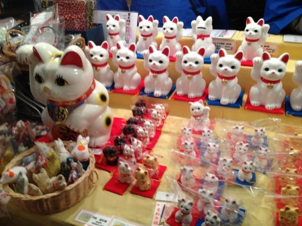 「ボロ市保存会の招き猫露店」