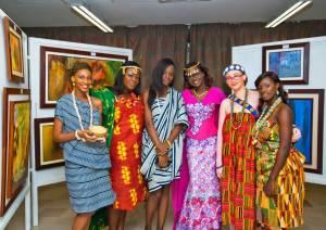 En tenue traditionnelle ivoirienne à l'exposition d'art Ysie