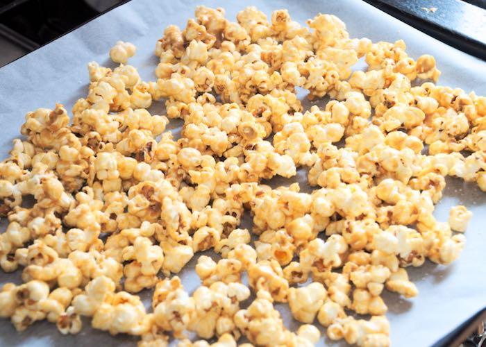 Karamel-zeezout popcorn op bakplaat