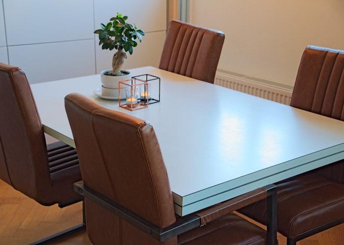 Eetkamerstoelen bij witte tafel samenwonen