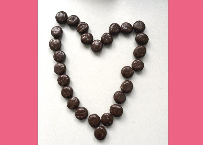 Chocolade kruidnootjes in hartvorm neergelegd